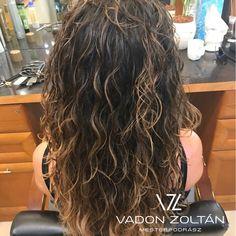 """0 kedvelés, 1 hozzászólás – Vadon Zoltán (@vadon.zoltan) Instagram-hozzászólása: """"Nektek ajánlom: Ezt a hullámos hajat, van benne valami természetes vadság. A frizurát balayage…"""""""