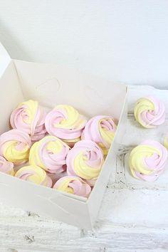 Cute Food, Yummy Food, Meringue Pavlova, Pink Cookies, Pink Foods, Meringue Cookies, Mousse Cake, Macaron, Royal Icing