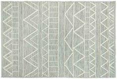 Décorez la chambre de vos loopiots avec ce tapis tribal gris! Son design très tendance fera plaisir à votre enfant et habillera à merveille son sol. On aime son imprimé très graphique qui transforme la pièce. Ce tapis est facile à intégrer dans toutes les décorations grâce à son coloris passe-partout.  Format: 100 x 150 cm