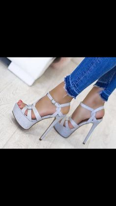 Hot Shoes, Shoes Heels, Pumps, Strappy High Heels, Curvy Girl Fashion, Slide Sandals, What To Wear, Cosplay, Lady