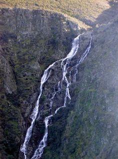 Otra cascada de la zona de Pinofranqueado que podrás ver si transitas por el tramo del GR-7 que discurre entre Robledillo de Gata, uno de los pueblos más bonitos de Extremadura, y Ovejuela. Es el Chorro de los Llanos, en el Río Los Ángeles.