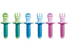 Siamo tutti a tavola? Sì ma c'è qualcuno che ancora non sa usare bene cucchiaio e forchetta. Le posate Mam per bambini (eccole qui:http://ndgz.it/set-posate-bambini-mam) sono facili da usare! Hanno un'impugnatura morbida ed una superficie scanalata. Così ogni pezzetto di cibo arriva salvo a destinazione, in bocca!   #posate #bambini #colors #forchetta #cucchiaio #pappa #cucina