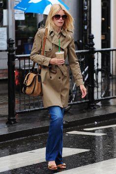 Claudia Schiffer Schlaghose Sandalen Schultertasche beige Trenchcoat Sonnenbrille