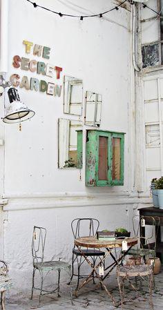 Such a charming scene. Pop-up store vintage et industriel à Madrid Design Café, Home Design, Design Ideas, Outdoor Spaces, Outdoor Living, Outdoor Chairs, Madrid, The Secret Garden, Secret Gardens