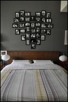 Fotolijsten vormen samen een hart. Leuk bedacht. Boven het bed zijn de fotolijsten opgehangen in de vorm van een hart.
