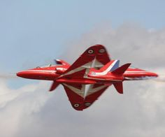 Red Arrows synchro pair with their amazing opposing cross Red Arrow Plane, Raf Red Arrows, Military Jets, Military Aircraft, Air Fighter, Fighter Jets, Airplane Crafts, Colors Of Fire, Science
