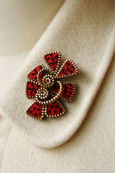 Items similar to Felt and zipper ginkgo leaf inspired brooch on Etsy Zipper Bracelet, Zipper Jewelry, Zipper Flowers, Felt Flowers, Fabric Flowers, Jewelry Crafts, Jewelry Art, Jewelry Design, Textile Jewelry