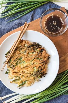 A full, round crispy Korean pancake (Pajeon or Pa Jun) made with scallions and served with a dipping sauce. Korean Scallion Pancake, Korean Pancake, Scallion Pancakes, Easy Chinese Recipes, Asian Recipes, Ethnic Recipes, Veg Recipes, Vegetarian Recipes, Healthy Recipes