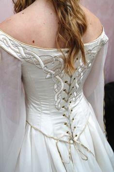 Détail dos d'une robe médiévale celtique                                                                                                                                                      Plus