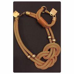 COLAR CORDA LARANJA E PRETO Diy Jewelry, Jewelery, Handmade Jewelry, Macrame Colar, Textiles, Paracord, Rope Necklace, Decoupage, Chokers