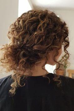 Great Photos Naturally Curly Hair Bride Tips It's .- Geweldige foto's Natuurlijk krullend haar bruid Tips Het is een veel voorkomend feit: vro… Great Photos Naturally Curly Hair Bride Tips It's a very common fact: woman …, # - Kids Curly Hairstyles, Curly Hair Tips, Wavy Hair, Curly Hair Styles, Natural Hair Styles, Black Hairstyles, Curly Hair Easy Updo, Wedding Hairstyles For Curly Hair, Wild Curly Hair
