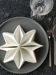 Pynt nytårsbordet på fineste vis. Vi viser dig her, hvordan du forvandler engangsservietter til søde stjerner. Stjernesødt nytårspynt!