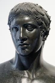 VILLA DES PAPYRUS/ copie la plus précise du doryphore de Polyclète/ cheveux détaillés et signature du copiste qui est conscient de son excellence puisqu'il signe à son nom et pas au nom du sculpteur original (Polyclète)