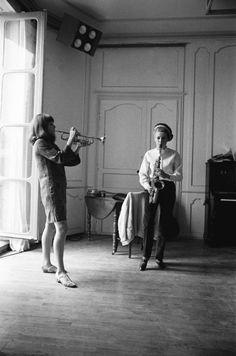 1966: Catherine Deneuve & Francoise Dorléac on the set of Les demoiselles de Rochefort