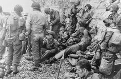 American troops of the Battalion, Infantry Regiment, US Infantry Division rest and tend to minor injuries at Colleville-Sur-Mer, Omaha Beach in Normandy. Get premium, high resolution news photos at Getty Images D Day Normandy, Normandy Beach, Normandy France, D Day 1944, Omaha Beach, D Day Invasion, D Day Landings, American Soldiers, Military History