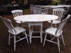 """Antike Stühle, restauriert, 4 weiße Shabby-StühlePerfekter Landhaus-Stil für große Wohnküchen oder rustikale Esszimmer. Der Korpus der Möbelstücke ist jeweils aus hochwertigem Holz gefertigt und erhält durch eine aufwendige Antik-Lackierung und eingearbeitete """"Gebrauchsspuren"""" den gemütlichen Vintage-Look. Der Sitz des Stuhls ist ebenfalls aus massivem ergonomisch geformten Holz. Formschön die bequeme Lehne, stilecht die gedrechselten Beine. Der Stuhl ist extrem stabil und belastbar durch…"""