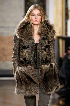 Emilio Pucci at Milan Fashion Week Fall 2011 - Runway Photos Fur Fashion, Runway Fashion, High Fashion, Travel Fashion, Milan Fashion, Sweatpants Style, Red Carpet Dresses, Elegant Outfit, Emilio Pucci