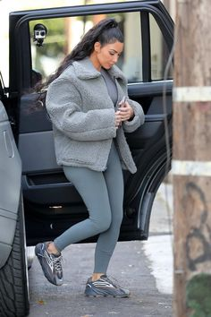 Kim Kardashian's Yeezy Sneakers Are About to Blast Off Into Viral Territory What? You haven't heard about the new Yeezy Boosts? Robert Kardashian, Khloe Kardashian, Estilo Kardashian, Kardashian Kollection, Kardashian Fashion, Kim Kardashian Clothes, Kim Kardashian Leggings, Kardashian Workout, Kim Kardashian Pregnant