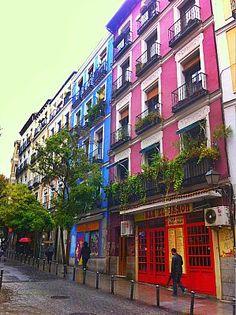 Fachadas coloristas en Lavapiés.