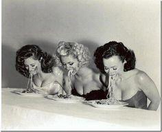 Un clásico de los domingos (las tres llevamos haciéndolo desde los 8 años) (lo de comer espagueti sin cubiertos, digo)