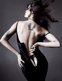 Tats and beauty, a woman's back ~ Isabeli Fontana and Tom Munro for Allure magazine. Isabeli Fontana, Top Models, Sublime Creature, Mode Editorials, Fashion Editorials, Poses, Lady, Bunt, Editorial Fashion