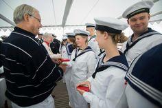 Øjebliksbilleder fra guldbryllupsdagen  I anledning af guldbrylluppet overrakte Dronningen og Prins Henrik i dag en erindringsmedaille til besætningen ombord på Kongeskibet Dannebrog.
