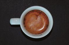 Crema oscura con burbuja gruesa y poca duración.