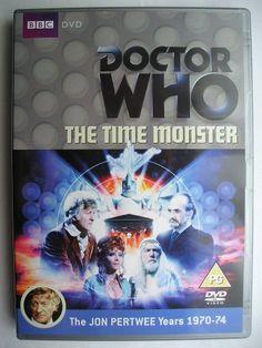 """""""The Time Monster"""" è un'avventura della nona stagione della serie classica di """"Doctor Who"""" trasmessa nel 1972 con il Terzo Dottore e Jo Grant. È un'avventura composta da sei parti scritta da Robert Sloman e diretta da Paul Bernard. Immagine dall'edizione britannica del DVD. Clicca per leggere una recensione di quest'avventura!"""