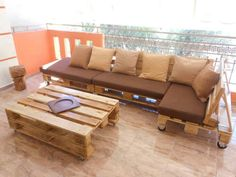A beautiful pallets sofa set, which can be placed indoor in a living or drawing room or in outdoor patio furniture. What a nice idea this man adopted to create a pallets luxury sofa set which shows the pallets recycling and re purposed options.