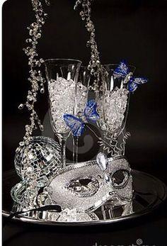 Centro de mesa para quinse años Masquerade Centerpieces, Masquerade Wedding Decorations, Silver Party Decorations, Masquerade Ball Party, Sweet 16 Masquerade, Masquerade Theme, Silver Centerpiece, Masquerade Costumes, Party Trays