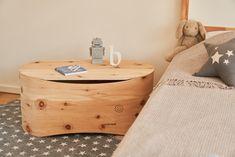 Benni's Nest Babybett dient in den ersten Monaten als Babybettchen, das dank österreichischem Zirbenholz wunderbar duftet. Wenn die Kleinen dann schön langsam zu groß für das unbehandelte Holzbettchen werden, wird es im Nu zu einem formschönen Nachttisch. Design, Carpentry, Bedside Cabinet, Newborns, Timber Wood, Nice Asses