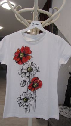 Hand-painted T-shirtRed and white by CartiniBoutique on Etsy Handbemaltes T-Shirt Rot und Weiß von CartiniBoutique auf Etsy Fabric Paint Shirt, Fabric Painting On Clothes, Paint Shirts, T Shirt Painting, Painted Clothes, Silk Painting, Painting Art, Embroidery On Kurtis, Kurti Embroidery Design