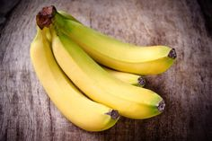 "Super Food - Bananas - good to eat on a daily basis. Good source of potassium & fiber. Helps to regulate blood pressure. Banana skins are good to plant with tomatoes and roses - potassium is good for their ""immunity"". Banana Nutrition, Banana Health Benefits, Weight Loss Snacks, Weight Loss Smoothies, Healthy Bedtime Snacks, Healthy Snacks, Eating Healthy, Clean Eating, Eating Well"