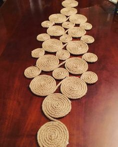 Runner from wicker rope – DIY Home Decor Jute Crafts, Rustic Crafts, Diy Crafts For Gifts, Diy Home Crafts, Diy Arts And Crafts, Recycled Crafts, Diy Home Decor, Rope Decor, Nail String Art