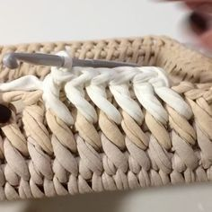 ― Vanessa Eduardoさん( 「Esse ponto é lindo demais 😍 .Looks like a slanted single crochet into the front loop of the row below. Try with publicaciones - Ve las fot Crochet Box, Crochet Basket Pattern, Crochet Stitches Patterns, Crochet Crafts, Crochet Projects, Knitting Patterns, Knit Crochet, Single Crochet, Crochet Baskets
