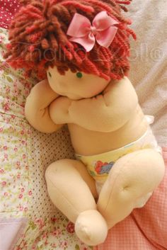 Thalita Dol: Bonecas Waldorf - Waldorf baby doll - love the dimpled knees!