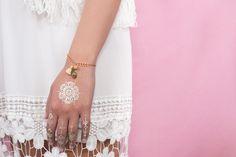 Bracelet ARIZONA - corail, pompon coton, plume dorée : Bracelet par amelys