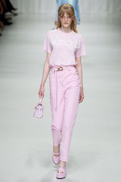 Fall Fashion Outfits Versace Spring 2018 Ready-to-Wear Collection Photos - Vogue Pastel Fashion, 90s Fashion, Street Fashion, Runway Fashion, Fashion Show, Vintage Fashion, Fashion Outfits, Womens Fashion, Fashion Design
