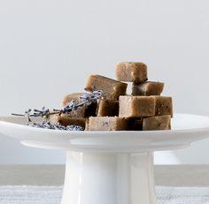 Carrés de sucre à la crème à la lavande! Muffin, Breakfast, Desserts, Food, Chocolates, Lavender, Greedy People, Tailgate Desserts, Meal