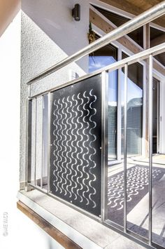 Talblick mit Wellengang:Ein Haus mit Blick auf das Inntal – so lässt es sich wohnen. Aber noch schöner wäre es mit ein bisschen Meer. MEVACO PRODUKTDATEN: Creativ Line Halbmond, Aluminium, 2,0 mm, nachträglich pulverbeschichtet Aluminium, Divider, Mirror, Furniture, Home Decor, Perforated Metal, Taps, Pipes, Steel
