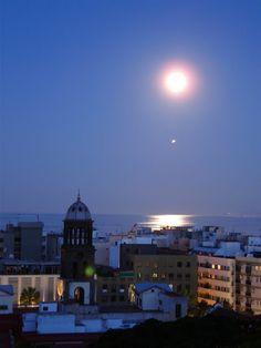 Imagen tomada en Santa Cruz de Tenerife, Islas Canarias, España. 5 de mayo de 2012 Crédito: Olga Zamora Sánchez *La luz debajo de la Luna es un avión que pasaba en ese instante
