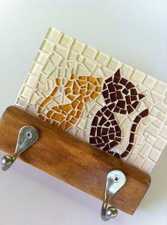 Cabideiro em madeira maciça, com mosaico feito em pastilhas de vidro cristal. Vem com dois ganchos de alumínio. Ideal para organizar bolsas, roupas, capas de chuvas, toalhas... Tamanho: 17 cm de largura x 24 cm de comprimento. Mosaic Art, Mosaic Glass, Seashell Art, Mosaic Patterns, Stained Glass Art, Home Signs, Cement, Diy And Crafts, Hanger