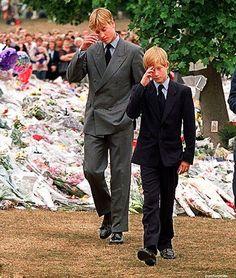 Príncipe William y el príncipe Harry después de la muerte de su madre, la princesa Diana en 1997: