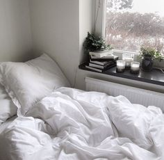 Absolutely beautiful bed and plants by the window <3 so wonderful to wake up…