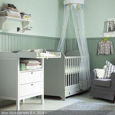 Ein Baldachin gibt dem Babybett eine verspielte, gemütliche Note. Die große Wickelkommode im skandinavischen Stil verstaut alle Utensilien platzsparend. Hier kann …