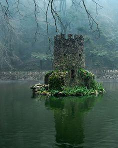 Una pequeña torre del castillo medieval Castelo dos Mouros emerge del agua en los jardines del Palacio da Pena, Portugal. El palacio fue declarado Patrimonio de la Humanidad por la Unesco en 1995.