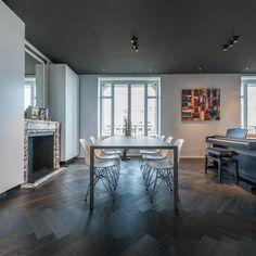 HABITATION / aménagement appartement / noir et blanc / salle à manger / plafond noir / parquet chevron noir / Architecture Intérieure MAYELLE / Photographie Pierre Rogeaux