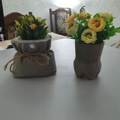 These DIY cement vases will make your front yard flowers look more gorgeous than they already are! A genius idea! Diy Cement Planters, Cement Flower Pots, Concrete Crafts, Flower Vase Making, Front Yard Decor, Diy Crafts For Home Decor, Plant Decor, Cactus, Decoration
