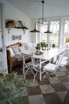screened in porch dining area! looks like a perfect breakfast nook... and i LOVE me some checkered tiles