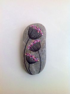Looking for some easy painted rock ideas to get inspired by? See more ideas about Rock crafts, Painted rocks and Stone crafts. Pebble Painting, Pebble Art, Stone Painting, Diy Painting, Painting Stencils, Rock Painting Patterns, Rock Painting Ideas Easy, Rock Painting Designs, Painting Activities